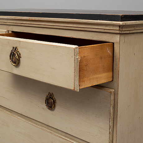 An early 19th cenutry chest of drawers
