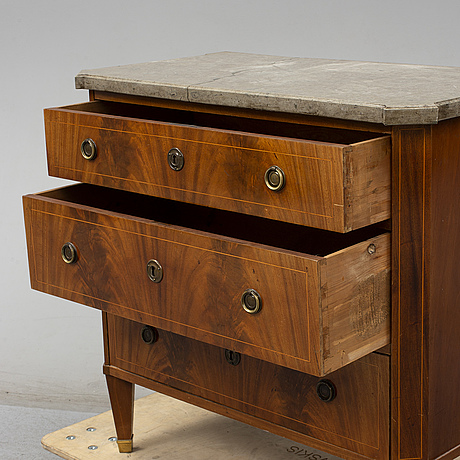 A mahogany veneered chest of drawers, late 19th century