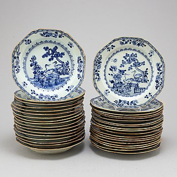 36 blue and white export porcelain dishes/plates, Qing dynasty, Qianlong (1736-95).