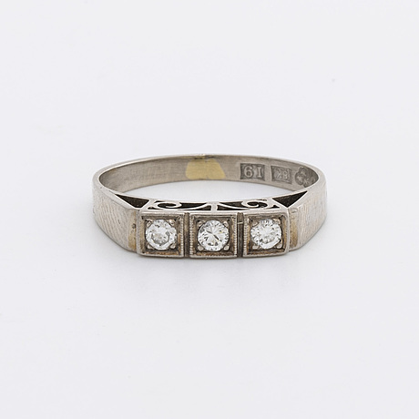 Ring 18k whitegold w 3 brilliant-cut diamonds approx 0,15 ct in total, j pettersson, stockholm 1959.
