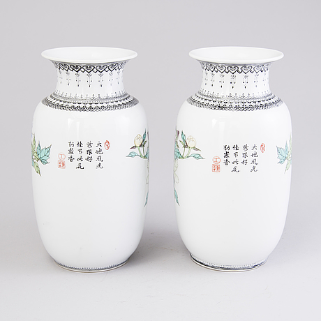 A pair of vases, porcelain, china, the latter half of the 20th century.