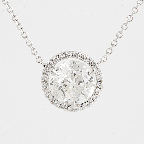 Brilliant-cut diamond necklace.