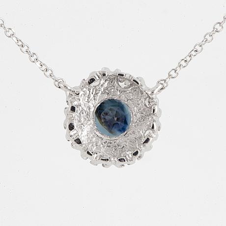 Collier, med rund fasettslipad safir och åttkantslipade diamanter.