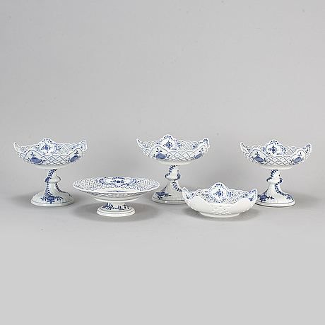 Five 'blue onion pattern' porcelain objects. meissen, 20th century