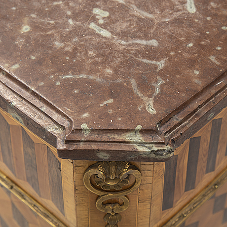 A gustavian commode, late 18th century.