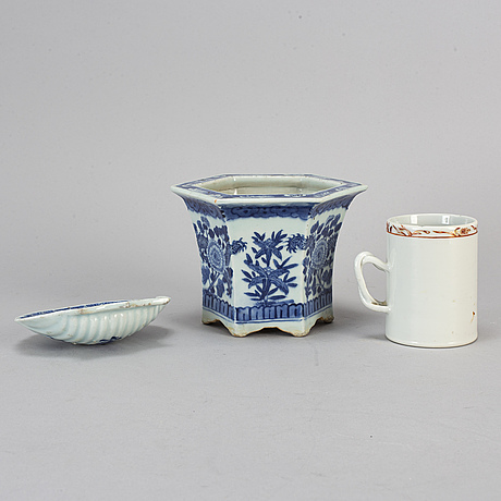 Three porcelain objects, qing dynasty, 18th/19th century.