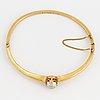 Armring, 18k guld med odlad pärla.