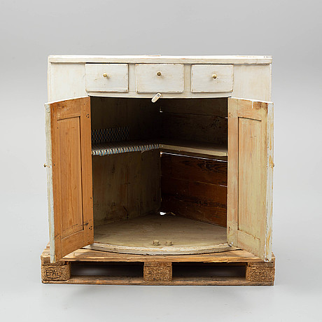 A cabinet from the early 19th century.