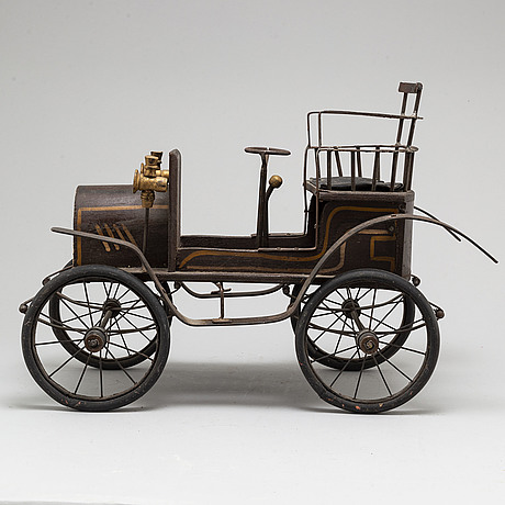 A model of a car from the early 20th century.