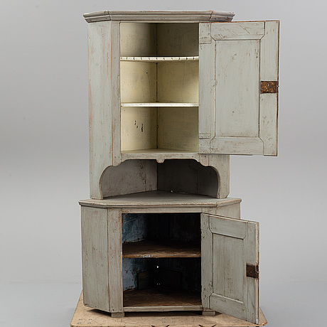 A painted corner cabinet, first half of the 19th century.