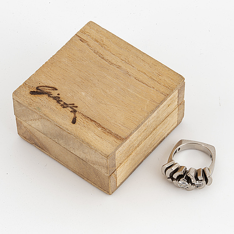 A claës e gierrta brilliant-cut diamond ring.