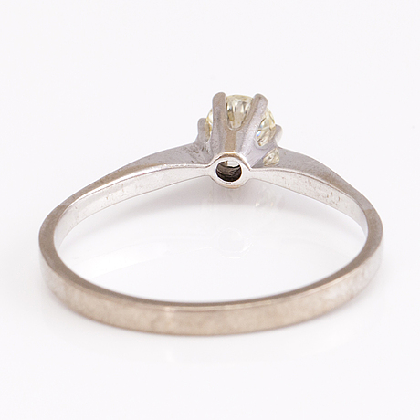 A 14k white gold ring with a ca. 0.35 ct diamond.