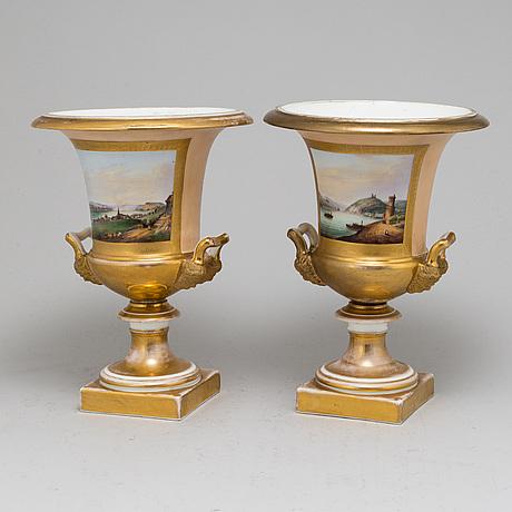 Urnor, ett par, porslin, senempire, 1800-talets mitt.
