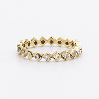 RING  full eternity band 18k gold w brilliant-cut diamonds approx 0,20 ct in total.