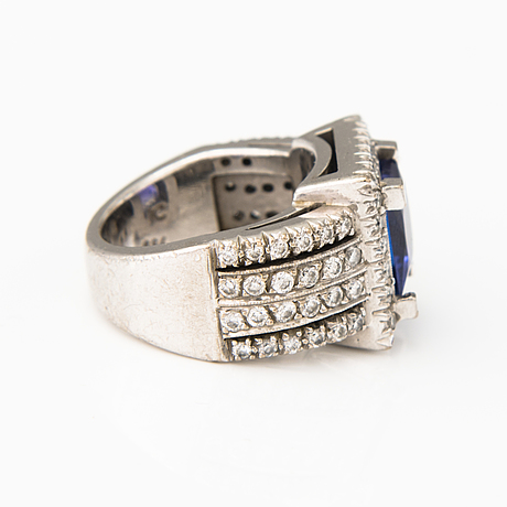 An 18k white gold ring with diamonds ca. 1.32 ct in total and a 9 x 9 mm tanzanite.