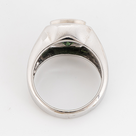 18k white gold and green sapphire och brilliant-cut diamond ring.
