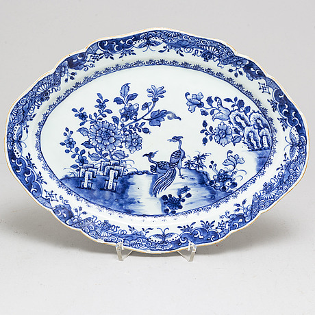 A blue and white export porcelain serving dish, qing dynasty, qianlong (1736-95).