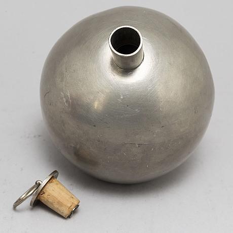 Plunta med isbehÅllare, tenn, firma svenskt tenn, formgiven av nils fougstedt eller robert hult. stockholm, 1932.