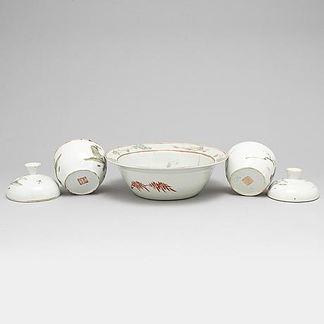 SkÅl, samt skÅlar med lock, ett par, porslin. qingdynastin, sent 1800-tal.
