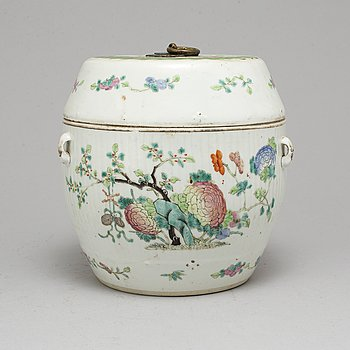 A large famille rose porcelain jar with cover, Qing dynasty, circa 1900.