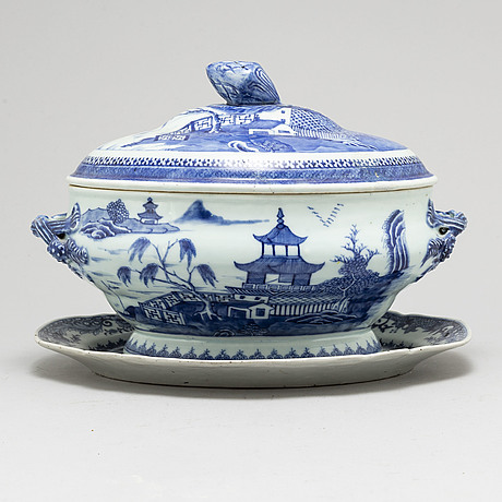A blue and white export porcelain tureen with cover and a serving dish, qing dynasty, qianlong (1736-95).