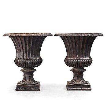 25. A pair of garden urns, circa 1900.