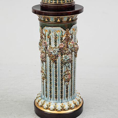 Urna samt piedestal, majolika, rörstrand, omkring år 1900.