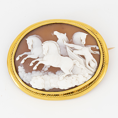 Carved sea shell cameo brooch/pendant, setting gold.