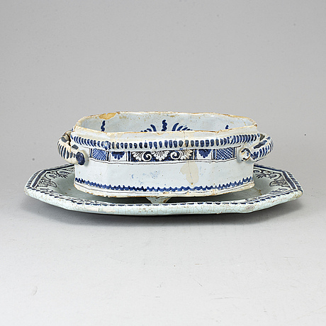 A blue and white faiance cooler/tureen/jardiniere with dish, 18th century.