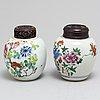 Tekrukor, två stycken, porslin. qingdynastin, 1700-tal resp 1800-tal.