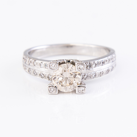 An 18k white gold ring with diamonds ca. 1.55 ct in total.
