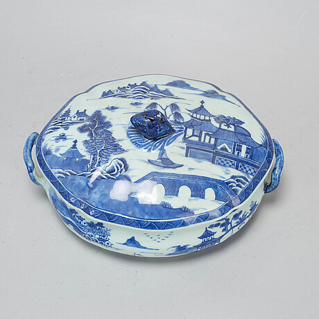 A blue and white vegetable tureen with cover, qing dynasty, jiaqing (1796-1820).