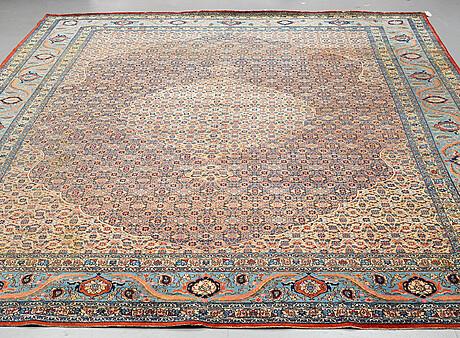 A semi-antiqie qum carpet. around 440 x 307 cm.