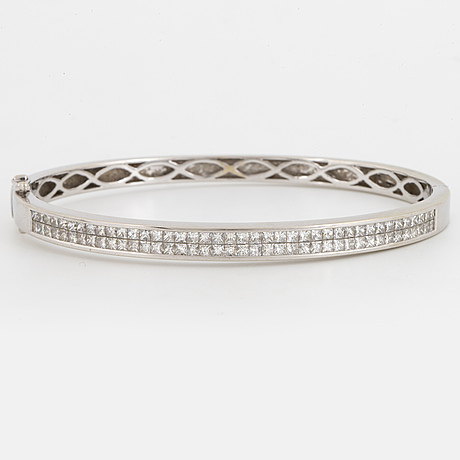 Ca 2,50 ct princess-cut diamond bangle.
