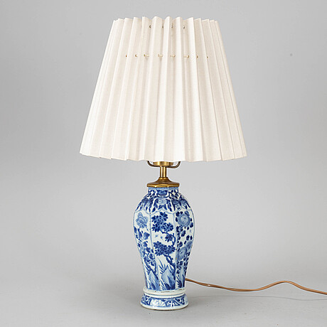 A blue and white vase, converted into a table lamp, qing dynasty, kangxi (1662-1722).