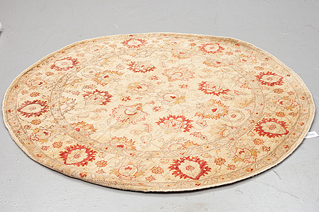 A rug, ziegler design, diameter ca 180 cm.