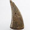 Kruthorn, graverad dekor av djur- och naturscener, daterad 1751, sign jas.