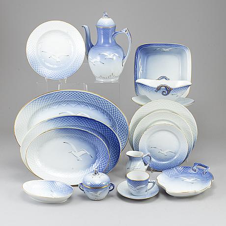 A part 'blå måsen' porcelain dinner and coffee service, denmark, bing & gröndahl, second half of the 20th century (67).