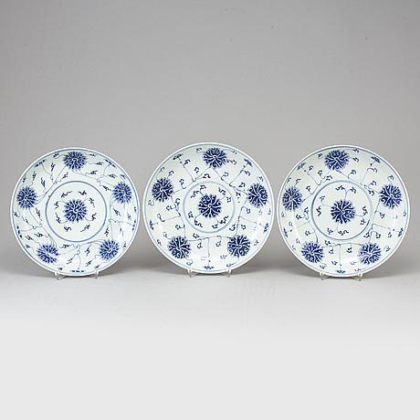 SkÅlfat, tre stycken, porslin. qingdynastin, sent 1800-tal.