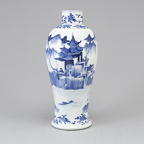 A blue and white vase, qing dynasty, late 19th century.