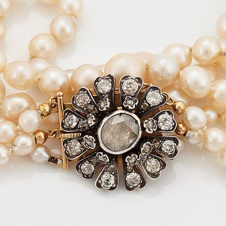Treradig pärlcollier med lås 18k guld och silver samt rosen- och gammalslipade diamanter.