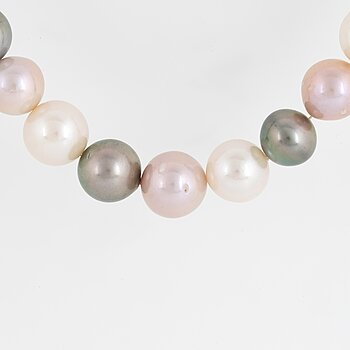 PEARL NECKLACE with cultured Tahiti and fresh water pearls.