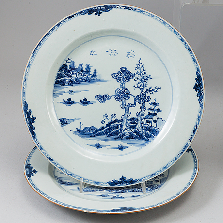 Five blue and white and famille rose export porcelain plates and a serving dish, qing dynasty, qianlong (1736-95).