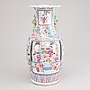 A chinese porcelain vase from the turn of the 20th century.