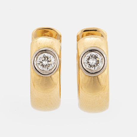18k white gold and gold earrings with brilliant-cut diamonds.
