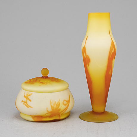 A glass vase and a jar with cover, gullaskruf, presumably 1920s.