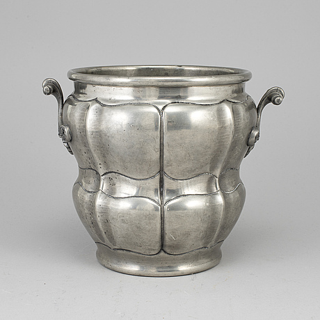 A pewter champagne cooler, early 20th century.