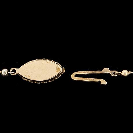PÄrlcollier, med odlade pärlor, lås med navettsmaragd och briljanter.