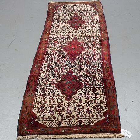 A hamadan carpet, ca 306 x 88 cm.