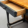 A gate-legged table from the 19th-/20th century.